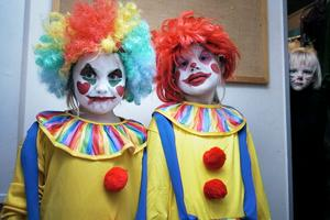 Clownerna Emilia Hälsing och Leija Magnusson bakom scenen.