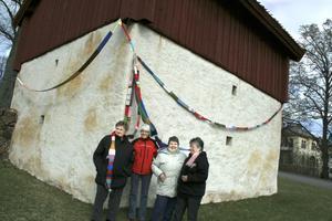Lillemor Edqvist, Britt Samuelsson, Ulla Andersson och Birgitta Dalevi funderar på vad de nu ska göra med den 35,5 meter långa halsduken som många i Hammars församling varit med om att sticka. BILD: JESSICA UHLIN