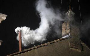 På onsdagskvällen syntes vit rök från Sixtinska kapellet. Den vita röken signalerar att en ny påve blivit vald.