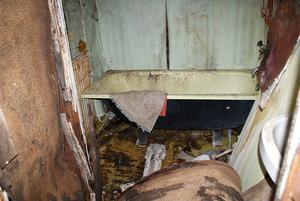Badrummet i huset där Berra hittades död i somras.