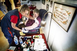 Sjuksköterskan Helene Antonsson vaccinerar Karins Swande på Brunkullans äldrebonde i Odensala.