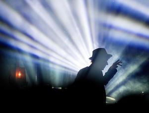 Häxmästare i motljus. Thåström spelade i motljus, hela konserten. foto: per groth
