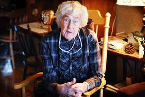 Solveig Wibe, Östersund, fyller 90 år i dag. Hennes engagemang i PRO är fortfarande starkt, men gymnastiken har hon fått lägga åt sidan.                            Foto: Mattias Moberg