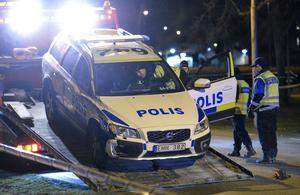 Polisbilen bärgas från platsen. Två personer blev påkörda på ett övergångsställe av en polisbil i Landskrona den 6:e januari förra året.