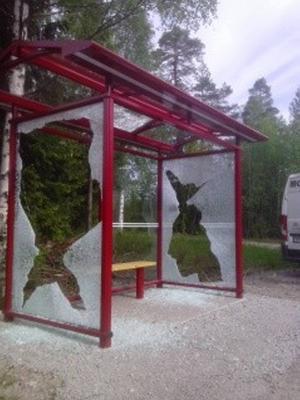 Såhär såg busskuren i Krokströmmen ut efter att den hade vandaliserats.