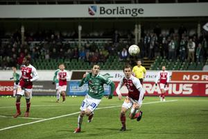 Stefan Ilic i kamp om bollen med en Sandvikenspelare.