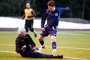 ÖT:s målvakt Göran Matzén räddar framför en Bofinkforward i lagens premiärmatch och kanske även tidiga seriefinal. Matchen slutade 2–2 sedan lagen missat varsin straffspark. Lagen möttes också i fjolårets final. Då vann ÖT med 12–2.
