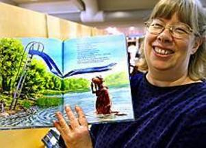 Irene Eriksson är barnbibliotekarie i Gävle. Hon gillar främst ungdomsböcker och bilderböcker för de mindre barnen - som Mamma Mu åker rutschkana till exempel. Foto: NICK BLACKMON
