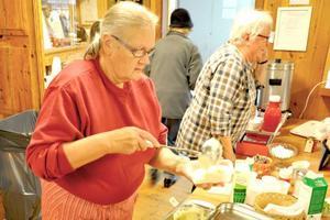 Gudrun Lind öser upp flötgröt till besökarna på höstmarknaden i Sveg.