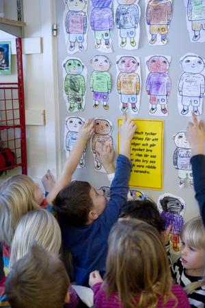 En egen Alfons. Alla barn får måla sin egen Alfons på avdelningen Katthult på Bollens förskola.