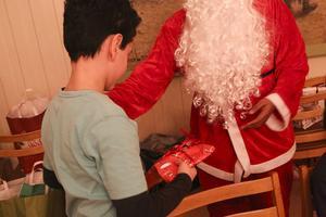 Kays får ta emot en julklapp.