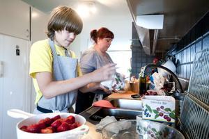 Till efterrätten så behövs det jordgubbar som behöver rensas och sköljas. Anton Pennonen stortrivdes och skämtade med kocken Pernilla Sterner.