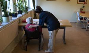 Det är stora hål som ska fyllas efter alla pensionsavgångar de kommande åren. Särskilt hårt kommer det att slå mot äldrevården.