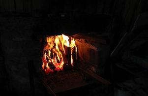 Värme. Varje dag under sportlovet till och med fredag brinner en värmande brasa i kolarkojan vid Tallmormyran på Skedviskogen.