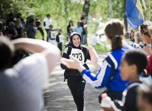 En lycklig Momtaz Faizi är först över mållinjen bland tjejerna i årskurs 4 - 6.