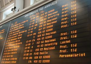 Många tåg från Stockholm är rejält försenade.