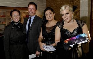 Förra årets företagare Åsa Björklund och Henrik Björklund från Ocab hälsades välkommen av värdinnorna från Juniorhandelskammaren, Berivan Mohammed och Madeleine Blom.
