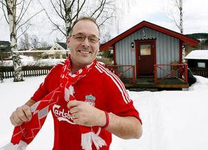 Kontor och pojkrum i ett. Från friggeboden på tomten i Nolby styr Pelle Ehnberg sitt arbete som kanslist åt Liverpool FC:s svenska supporterklubb.