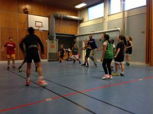 Jämtlands ligaspelare Egal Saleman höll i ett tre timmar långt träningspass för ungdomar på AO-skolan.Foto:Privat