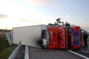 Den 11 oktober körde en långtradare in i mitträcket och välte på riksväg 70 vid Västerby.