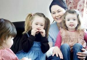 Veronica Carlsson var en av de som nappade på vårdagsbidrag. Här med döttrarna Ella, Alice och Miranda.