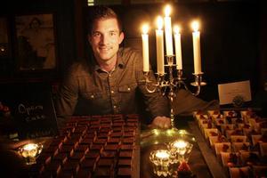 Linus Larsson, finalklar för Hela Sverige bakar, bjöd på chokladiga bakverk i Träkyrkan i Bollnäs.