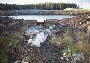 Så här ser det ut vid dammen som ligger nedanför grusplanen där snötippen ligger på vintrarna. En gigantisk snöhög som tros påverka pH-värdet i Lillsjön. Nu finns ett krav från kommunens miljöstrateg på att utvidga uppsamlingsdammen inom några år.