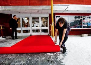 Röda mattan rullas ut inför drottningens besök.