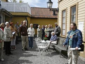 stadsvandring. Under Södersöndag kunde man delta i en stadsvandring som bland annat stannade till på Joe Hill-gården. Foto: Stefan Tkatjenko