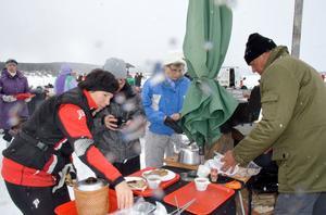 Många söndagsmotionärer letade sig fram till Rune Holst från Säter för att beställa ett stycke kolbulle med kaffe.