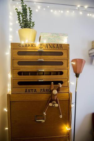 Det gamla arkivskåpet är både smart förvaring och vackert att se på.