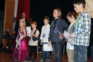 Första gruppen att få Nobel-pris var i fysik. Barn- och skolnämndens ordförande Håkan Englund delade ut priset. Sex barn fick pris i varje kategori.