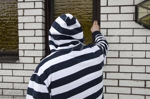 Christer visar hur tjuvarna bröt sig in genom ett fönster bredvid entrédörren.