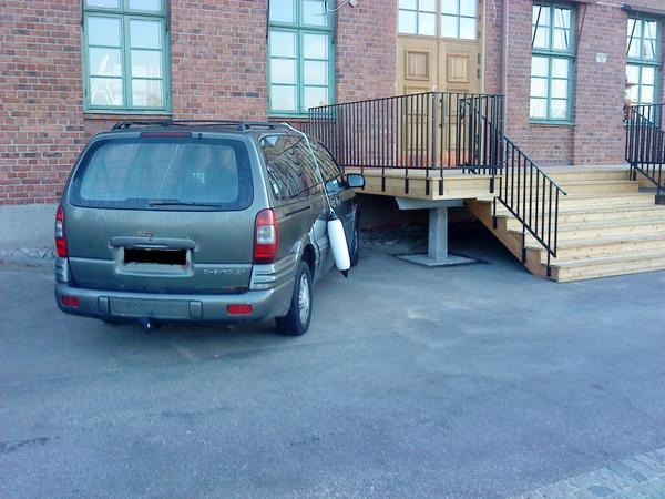 Utanför Tullhuset stod denna bil med en fender hängande på vardera sida. Bäst att ta det säkra före det osäkra när man parkerar nära vattnet. Eller kan det vara skämtsamma arbetskamrater?
