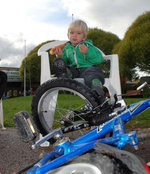 Daniel Björk njöt av varmkorv bakom brorssans cykel.