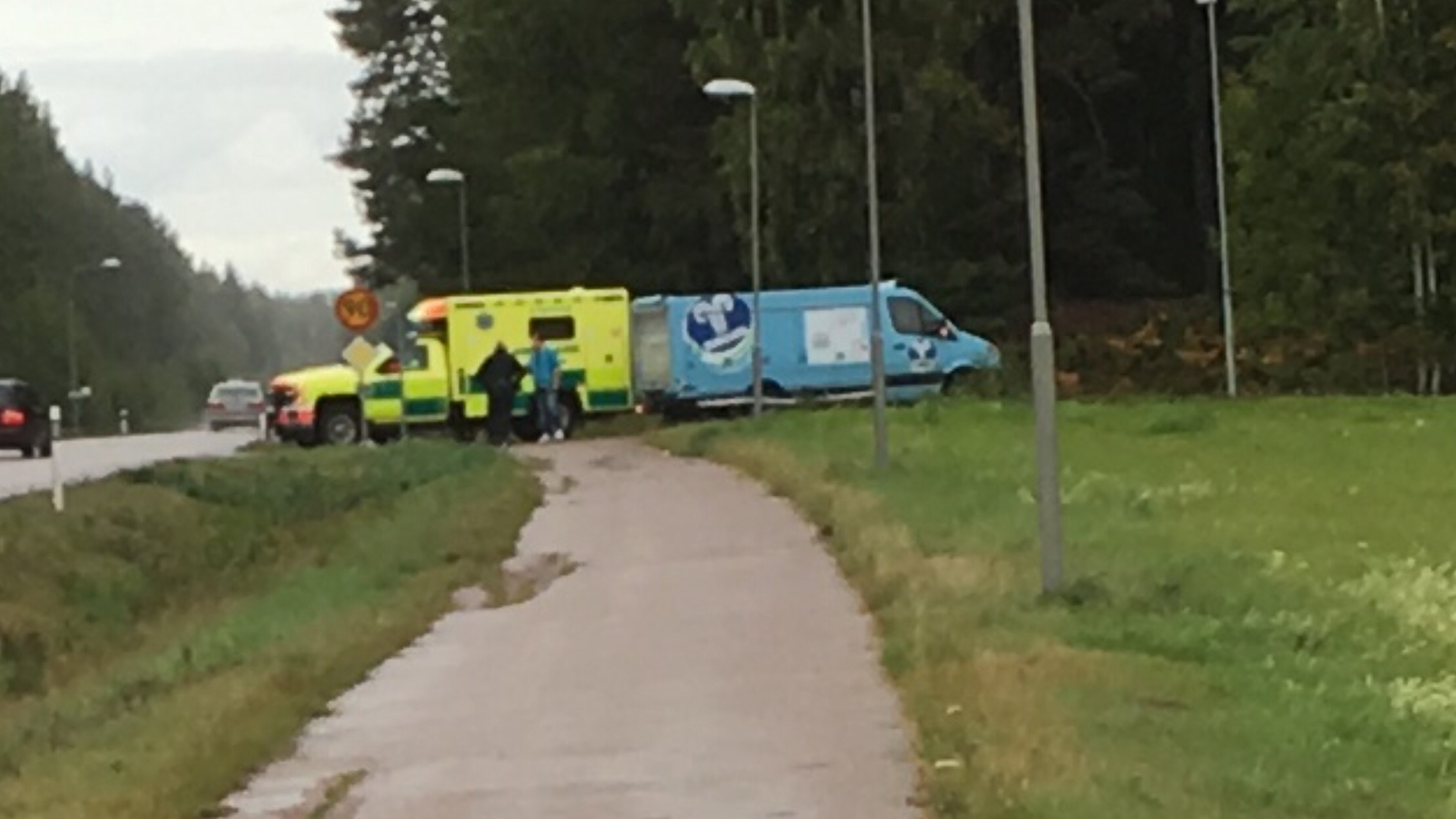 Glassbil valte foraren till sjukhus