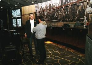 Hotellets vd Peter Nilsson hälsade alla välkomna. Här samtalar han med Åreföretagare Anders Wiblom i den rundade baren.