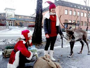 Med sin närvaro roade renen Dunder både barn och personal inne på sjukhuset i Östersund.