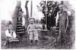 Ibland kan man hitta bilder som man inte riktigt vet vad det är. Så har skett för Percy Astersjö, som funderar över den här bilden, som lär vara 110 år gammal – tagen på Blidö i Stockholms skärgård 1901. Bilden är i svart/vitt, men han är övertygad om att det är tre små