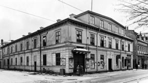 Politisk arena. Arbetareföreningens saling med sina 600 sittplatser var fullsatt under Hjalmar Brantings tal. Huset byggdes 1871 och revs i mitten på 1950-talet för att ge plats åt bland annat biografen Spegeln. I hörnet mot Nygatan låg biografen Olympia som invigdes 1907.