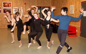 Deborah Dobson-Kåge improviserar häxdans tillsammans med danseleverna från S:t Mikaelskolan.