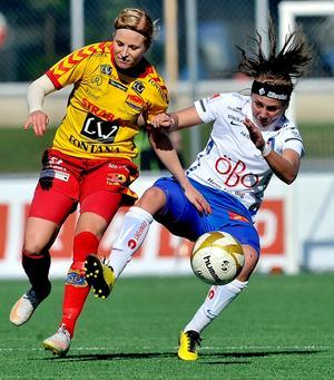 Emelie Ölander (t h) lägger av med fotbollen.