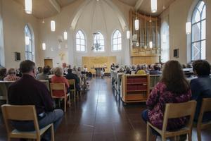 Omkring 150 personer fyllde kyrkan i Trönö under måndagskvällen.