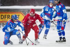 Samuel Nyberg (i rött) i en match med Söråker i slutet av 2012. De senaste två åren har 20-åringen spelat hockey. ARKIVBILD.