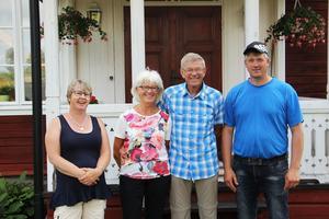 Familjen Wallinder utanför Sten och Gunnels hus.