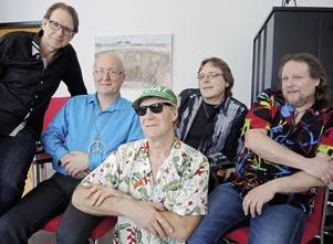 Fem män i skjortor. Svenne Rubins har funnits sedan 1981 och i dag är det bara Lars Wanfors (i mitten) som är kvar sedan starten.