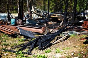 Värden för ett sexsiffrigt belopp förstördes den 7 maj vid en brand på en gård i Saxe, norr om Söderbärke. Fastighetsägaren hade under dagen arbetat med en kaprondell i närheten av ett stort virkesupplag och trots att han vattnade området tre gånger började det brinna. Under släckningsarbetet tvingades räddningstjänsten skjuta hål på flera acetylentuber.