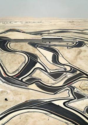 """""""Bahrain I"""" . Vägar som skär genom öknen bildar abstrakta mönster (2005)."""