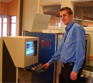 Flygplatsens säkerhetsansvarige Johan Eriksson visar den säkerhetsutrustning som numera finns på Svegs flygplats.