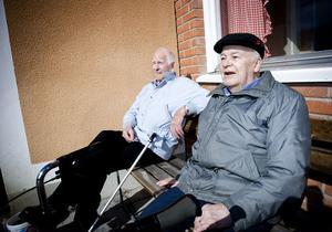 Martin Oreblad och Kalle Thorell njuter av vårsolen utanför Backsippan